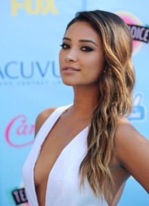 Shay+Mitchell+Arrivals+Teen+Choice+Awards+SSqgJEn2Jegl